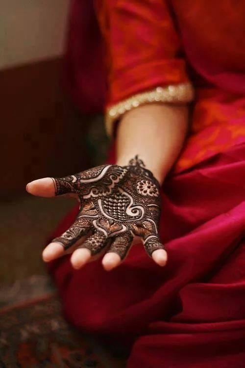 Stunning hand mehndi design