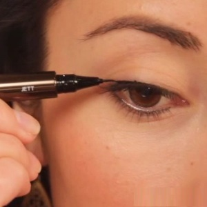 how-to-apply-liquid-eyeliner-step-by-step-tutorial-19