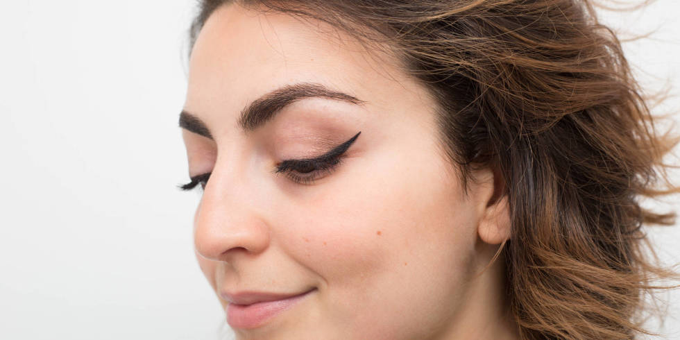 how-to-apply-liquid-eyeliner-step-by-step-tutorial (8)