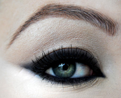 how-to-do-perfect-cat-eye-makeup-step11
