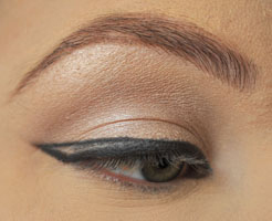 how-to-do-perfect-cat-eye-makeup-step4