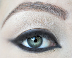 how-to-do-perfect-cat-eye-makeup-step8
