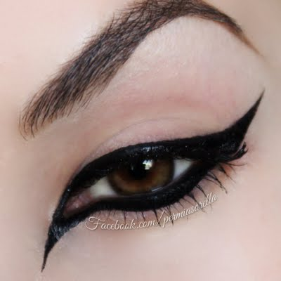how-to-do-perfect-cat-eye-makeup-tutorial (19)
