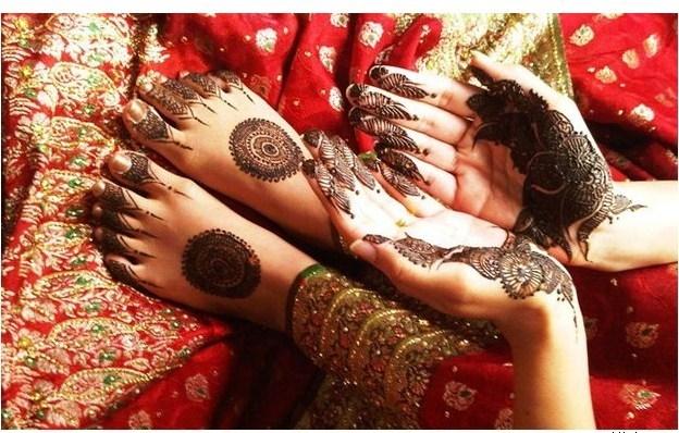round tikki mehndi design on bride's feet