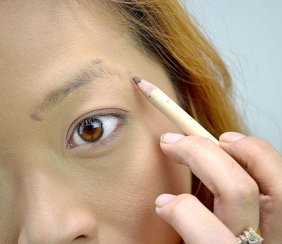 step-3-how-to-shape-eyebrows (2)