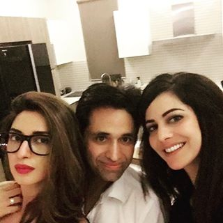 Asim-jofa-pictures-with-freids-and-family (6)
