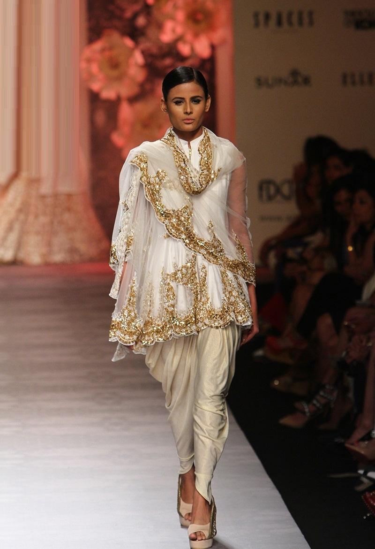 Siddartha-Tytler-summer-2016-2017-at-Amazon-India-Fashion-Week (2)