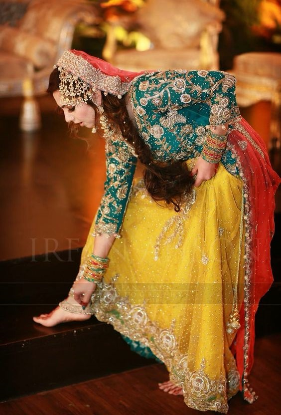 Wedding-Ghagra-Choli-Designs-for-Mehndi-Functions (26)