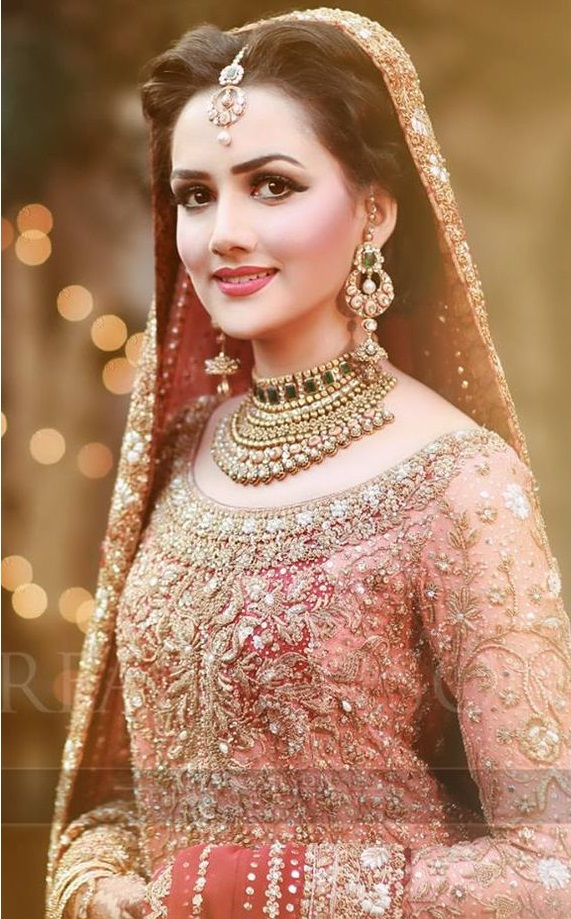 Beautiful bride wearing Kundan jewellry