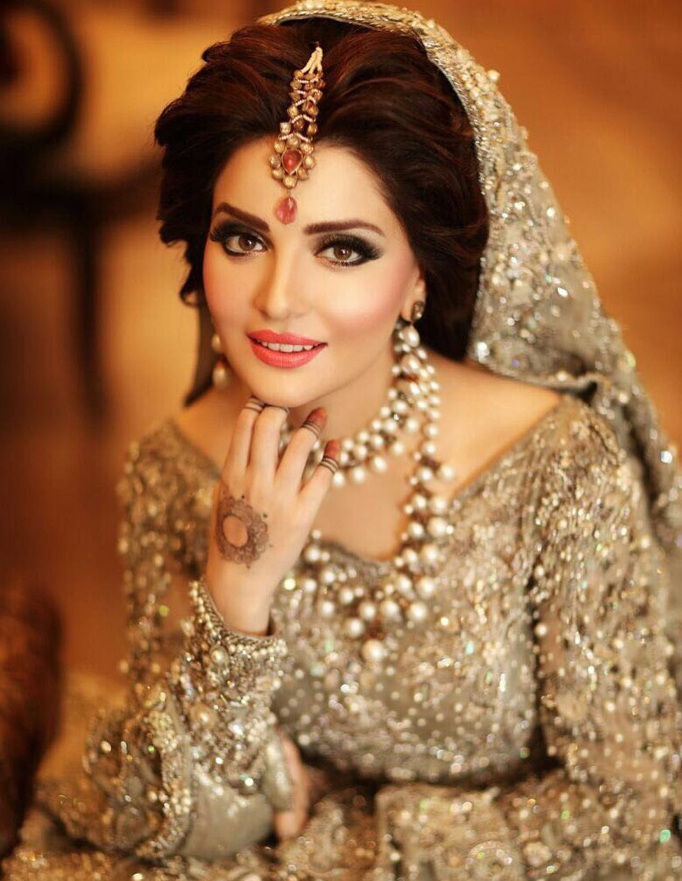 Armeena Rana Khan wearing pretty Bridal jewels