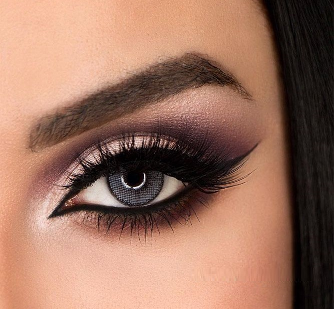 Makeup style for grey eyes