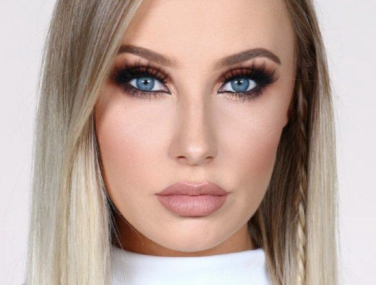 The makeup style which suits blue eyes
