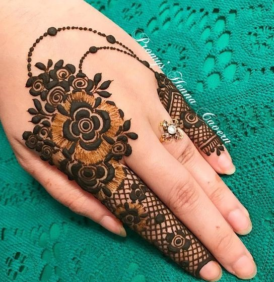Shaded mehndi designs with motifs (2)