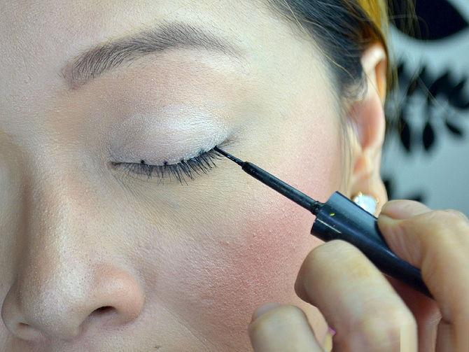 how-to-apply-liquid-eyeliner-step-by-step-tutorial-12