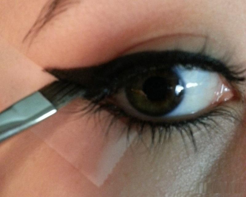how-to-apply-liquid-eyeliner-step-by-step-tutorial-15