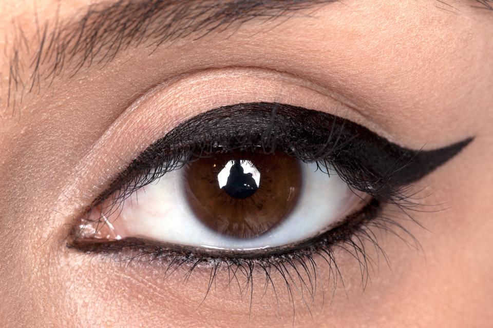 how-to-apply-liquid-eyeliner-step-by-step-tutorial-img2