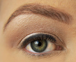 how-to-do-perfect-cat-eye-makeup-step1