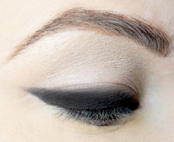 how-to-do-perfect-cat-eye-makeup-step6