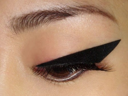 how-to-do-perfect-cat-eye-makeup-tutorial (20)