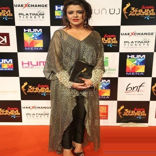 Top-ten-Worst-dressed-celebrities-at-Hum-awards (4)