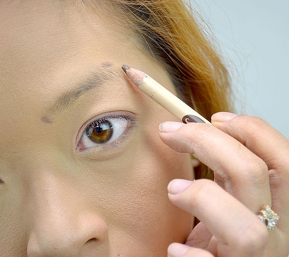 step-3-how-to-shape-eyebrows (1)