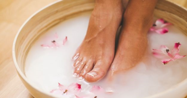 soak feet in shampoo water tub for pedicure